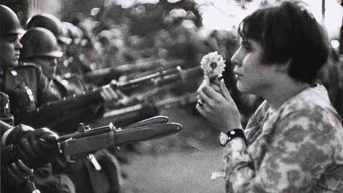 Washington el 21 de octubre de 1967 en una protesta frente al Pentágono contra la Guerra de Vietnam