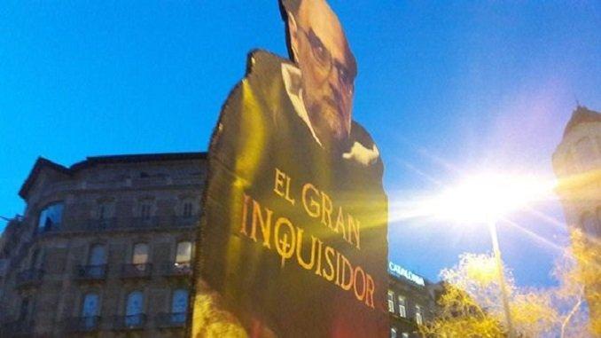 JUEZ LLARENA GRAN INQUISIDOR – pancartas-manifestantes-protesta-encarcelacion-Turull PAINT