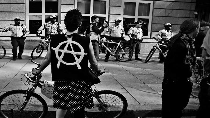 anarquismo chica en bici-PAINT