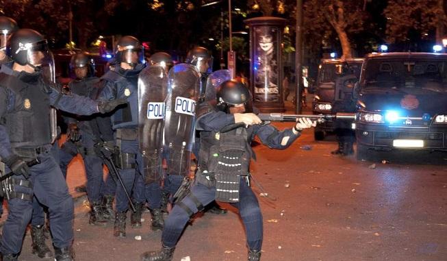 policia apuntando en manifestacion-IP