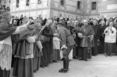 Mayo 1944 Franco con el nuncio Cicognani y el obispo de Madrid-Alcala, Eijo Garay en consagración monumento Sagrado Corazón