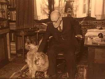 Sigmund Freud en su estudio